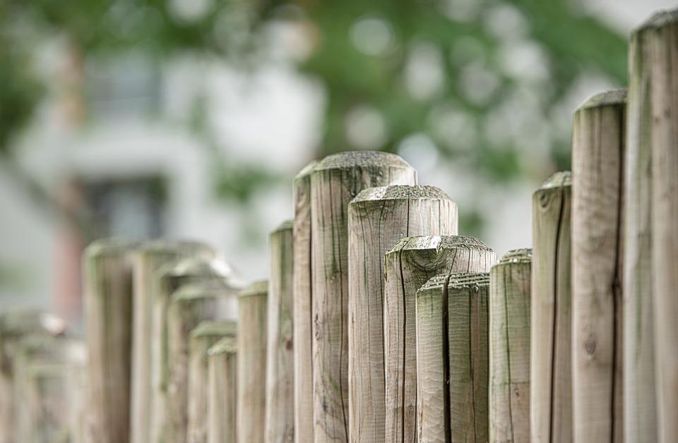 猫よけに使えそうな木のフェンス
